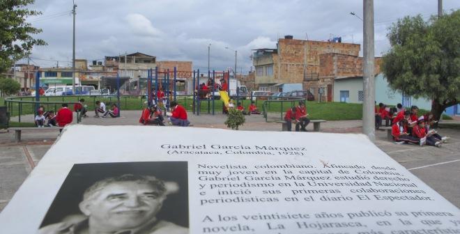 Estudiantes del colegio Villas del Progreso, en una sesión de lectura en el parque.